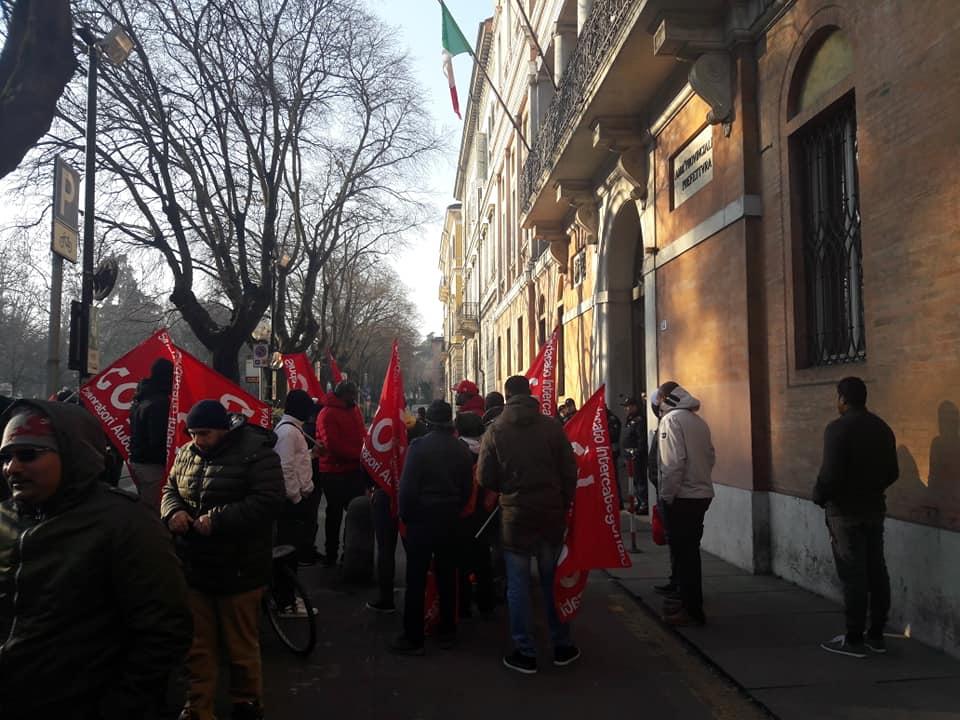 [MODENA] I lavoratori AlcarUno diffondono un comunicato in presidio dalla Prefettura