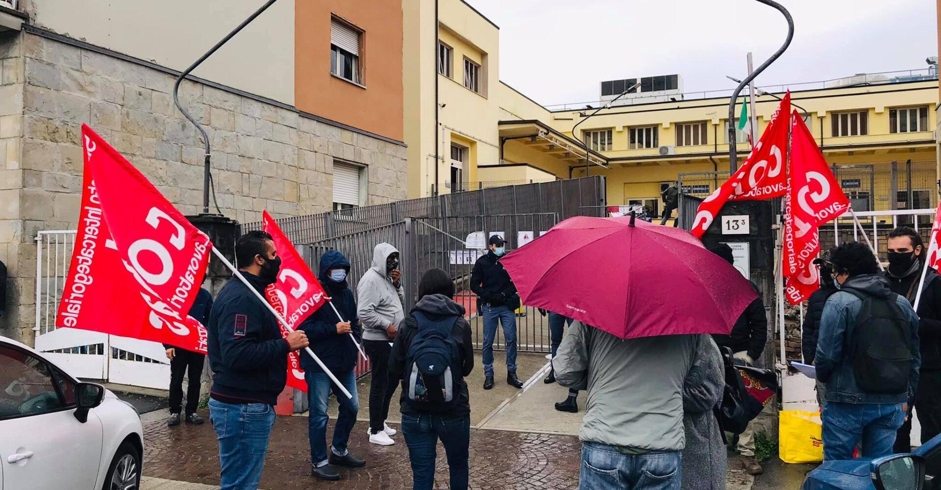 Bologna Ufficio Immigrazione Della Questura La Protesta Dei Lavoratori No Al Blocco Dei Permessi Liberta Di Circolazione Toccano Uno Toccano Tutti